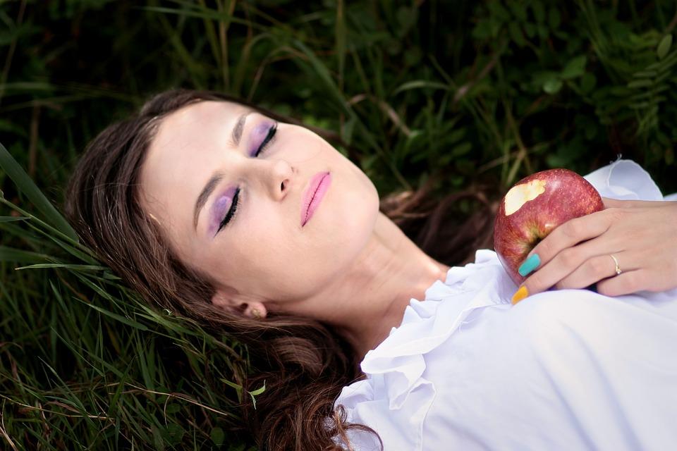 笑顔で眠る女性